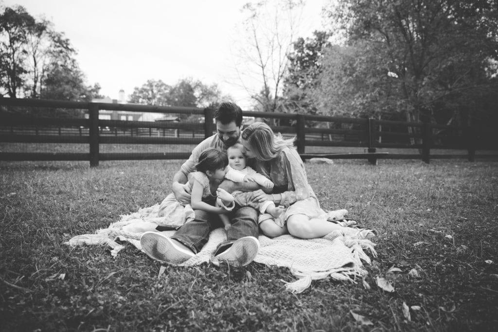 Family_RachaelIcePhotography_FamilyCuddlesBlackandWhite